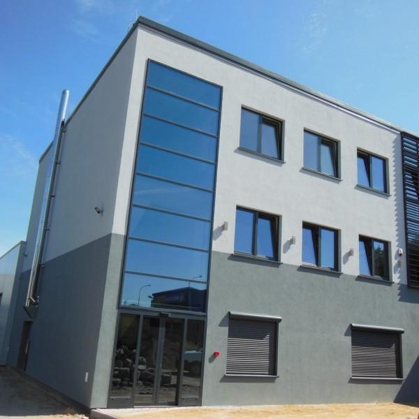 hala produkcyjna wraz z urządzeniami budowlanymi i budynkiem biurowym